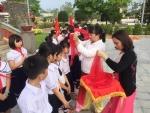 Liên đội trường Tiểu học Lương Thế Vinh tổ chức viếng, thắp hương và kết nạp đội viên mới cho các em học sinh lớp 3 tại nghĩa trang liệt sĩ thành phố Hội An